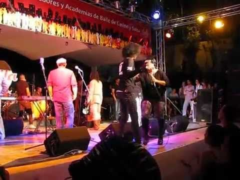 """Los Van Van en Cuba. Yeni Valdes baila con un bailarin (SALSA FESTIVAL """"..."""