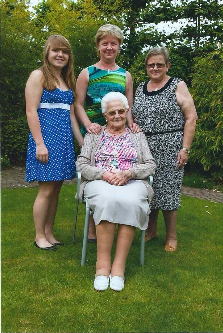 De familie Devlieger uit Tielt poseert trots met overgrootmoeder Maria Devlieger (90), grootmoeder Roza Dedeurwaerder (65), moeder Eveline Spiessens (43) en dochter Laura De Clercq. Laura vierde haar achttiende verjaardag en meteen is dat ook de verjaardag van het viergeslacht. if