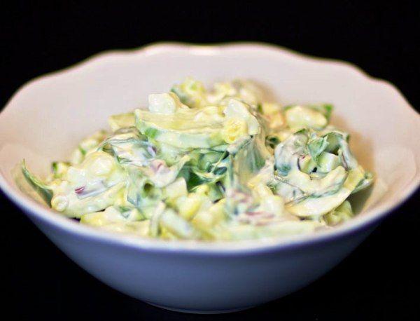 Весенний салат из черемши с яйцами и огурцами Пора приготовить салат весенний из огурцов с яйцами и свежей молодой черемши – настоящая кладовая витаминов!
