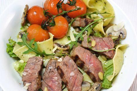 Op zoek naar een lekker, simpel en snel recept? Bekijk dan eens dit recept voor pasta met biefstuk, champignons en pesto. Eet smakelijk!