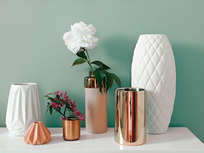Roślinne dekoracje przenoszą nas bliżej natury. Doskonale komponują się z nowoczesnymi akcesoriami w geometrycznych kształtach. Zaskakującą kompozycję stworzysz używając złotych dodatków. / Tikkurila Color Now - paleta SERENE (zielenie)
