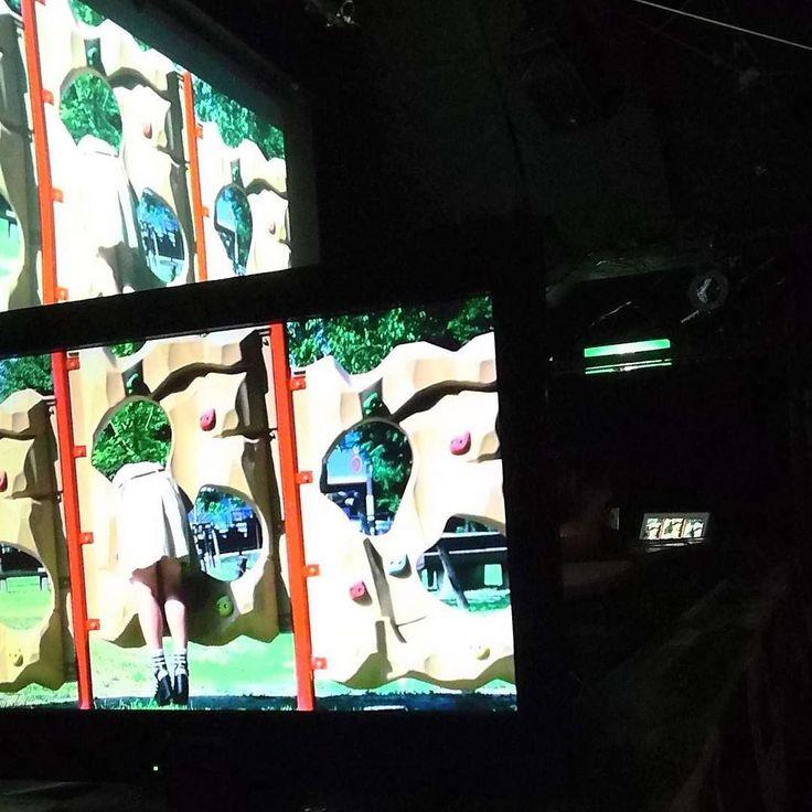 """学生残酷映画祭2016グランプリおめでとう阪元裕吾監督のべー観た  切り株のこともスラッシャーのこともスプラッターのことも無頓着だけど観た感想  開口一番公園のロングショットからもうもう構図構図の嵐が来た構図マン橋での取っ組み合いの切り返しの絵焼きそばを喰らうマトリョーシカの絵から自転車での二人乗りの逆光と情緒くすぐるピアノの旋律あれはなんだったのだ笑夜の公衆便所もライティングも友達との電話でもそうだ物語も読み込みが甘い私の萎縮した脳にも伝わる""""回想2""""での水族館の陰影とにかくとにかくだ全部""""わかっている""""絵をどんどん魅せてくれるこれが気持ちが良かったボクシングジムの友達の彼が電話の最中にセブンの1.5リットルの烏龍茶を飲むなんてなかなかできないよしかもかっこいいし彼I'm not ゲイ  一番びっくりしたのは主人公の絵描きの男の子が後輩を学校の屋上にてげんのうで襲うシーン襲った直後がロングショットだった別の建物からのしかも絶妙な編集幅こりゃやべい…"""