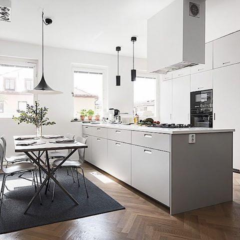 Alla drömmars köksö! Grålackade luckor med grepp 4 och bänkskiva i Corian. #pickyliving #kök #köksö #köksluckor #valfri #ncs #grå #vit #scandinavian #scandinaviandesign #swedish #interiör #inredning #köksinredning #köksinspiration #kitchen #kitcheninspo #kitchenlife #kitchenisland #kitcheninspiration #köksinreriör
