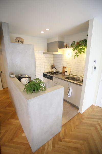 キッチンカウンターの壁面はモルタル磨き仕上げ