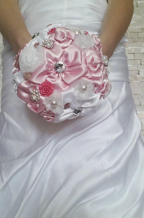 Bouquet di Rose di nastro di raso con perle.Bouquet da sposa bianco e rosa.Bouquet rosa.bouquet da sposa bouquet. By cristinacrystal #italiasmartteam #etsy