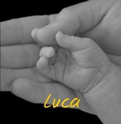 Zu den elegantesten Karten auf der bambinipost.de Kollektion gehören die Händchen- und Füßchen-Motive. Ob bunt oder schwarz-weiß, mit diesen Karten begeistern Sie alle. Günstige Babykarten, Geburtskarten und Taufeinladungen bei Bambinipost. http://www.bambinipost.de/geburtskarten/haende-fuesse/