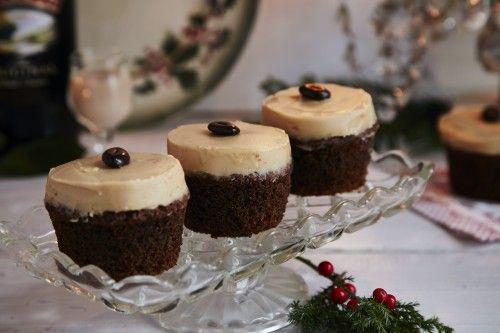 Disse cupcakes smager bare himmelsk. Selve kagen har en fin smag af kaffe og cremen den mest vidunderlige smag af Baileys blandet med smør, sukker og vanille. Mange cupcakes er efter min mening ret uspiselige med en tør bund og alt for meget (dårlig) ...