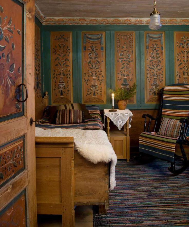 KAMMERSET: I kammerset innenfor kjøkkenet står den gustavianske sofaen, som Karins farmor alltid sov i. Tidligere sto den i kjøkkenet. Karins mor har vevd både pleddene og filleryen. De vakre vegg- og dørmaleriene ble laget av kunstneren Olof Samuelsson i 1843.