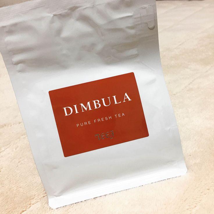 Teeg DIMBULA。初めてのディンブラとしてこれを選んでから、ミルクティー用として気にいっている紅茶。パケも新しくなった。あまり好んでセイロンを飲まないけど、その中ではディンブラが1番好みかも。中央山脈を挟んだウバと真逆の位置にあるので、ウバのように渋みがある。でも、Teegのものは若干の渋みがある程度。香りもフラワリーでセイロンらしい飲みやすさは健在。これでミルクティーを淹れると、ウバで淹れるのとは違ったあっさりめの美味しいものになる。ストレート・ミルク兼用として置いておくと重宝する紅茶。