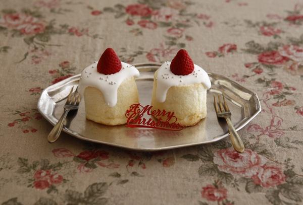 ホワイトキャンドルは、白くてふんわりとしたスポンジ生地に生クリームをかけて、お手軽に作れるカップケーキです。/クリスマスのとっておきケーキ&スイーツ(「はんど&はあと」2011年12月号)