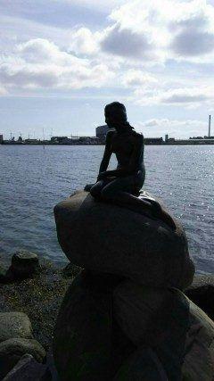 コペンハーゲンにある人魚姫の像です全長80cmの小さな銅像で1913年に王立劇場でバレエ化されたアンデルセンの人魚姫を見たカールスベアビールの2代目社長が彫刻家エドワードエリクセンに造らせたものだそうですよ  #Denmark #Copenhagen #旅行 #観光 #海外 tags[海外]