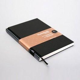 Ideen können einem überall kommen. Deshalb habe immer ein Design-Notizbuch zur Hand um Inspirationen festzuhalten! Das Notizbuch L ist perfekt für die Schule, Uni oder Meetings.NEU! In jedem Notizbuch ist ein liniertes- und kariertes Blatt mit aufgedrucktem Lineal als Schreibhilfe beigelegt.Ein grossartiges Geschenk für inspirierte Schreiber und Liebhaber von Notizbüchern und Schreibartikeln.Die gesamte Kollektion wird in aufwendiger Handarbeit in unserer Berliner Manufaktur hergestellt. Die…