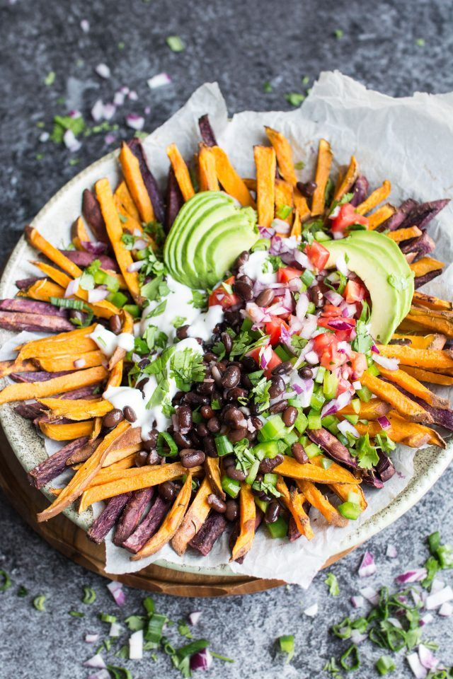Mexican Style Loaded Baked Sweet Potato Fries. The PERFECT Friday night snack for chilling! Loaded with black beans, pico de Gallo and tons of #vegan mayonaisse, you're gonna love these!