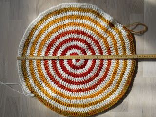 HEXEN STRIK: SØNDAGSSKOLE Hæklet spiral i to farver