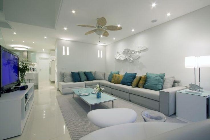 sofa e almofadas, mas com paredes e piso de outra cor