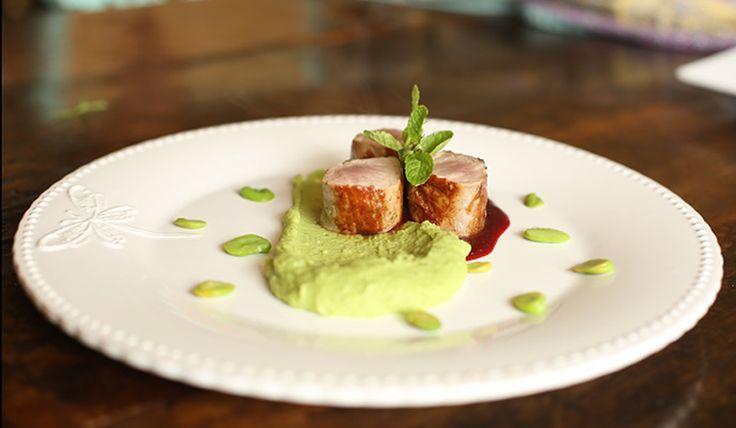 Solomillo de cerdo con salsa de Oporto, frutos rojos y puré de Habas