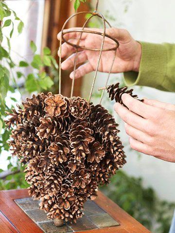елка из шишек на проволочном каркасе