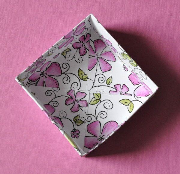 Susanne visar hur man kan vika en ask. Till det behövs två bitar cardstock, ett falsben, linjal, penna och sax. Jag valde vit cardstock s...
