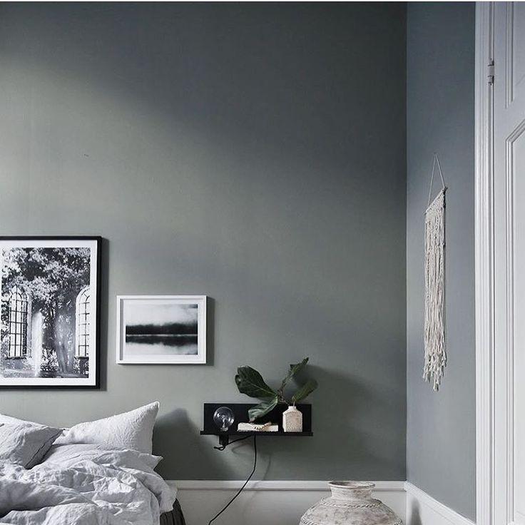 Ljusgråa väggar i ett minimalistiskt inrett sovrum, inrett av @JasminaBylund. Inramade posters från printler.com, marknadsplatsen för fotokonst. Motiv av Marianne Brattberg and Jonas Anhede.