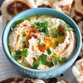 Make yourself some hummus. Store-bought doesn't simply compare! And guess what'a our latest favorite hummus topping...a drizzle of nando's peri peri sauce!! . #hummus #vegan #glutenfree #easyrecipes #bonappetit #foodgawker #foodandwine #spoonfulofbutter