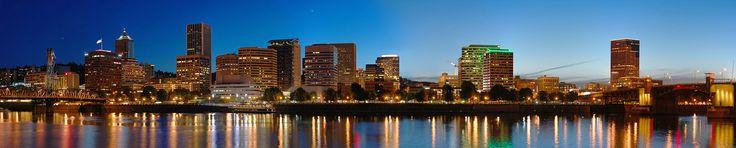 Panorama do centro de Portland, no Oregon, à noite, vendo-se também o rio Willamette.  Fotografia: Fcb981.  - Wikipedia, the free encyclopedia.