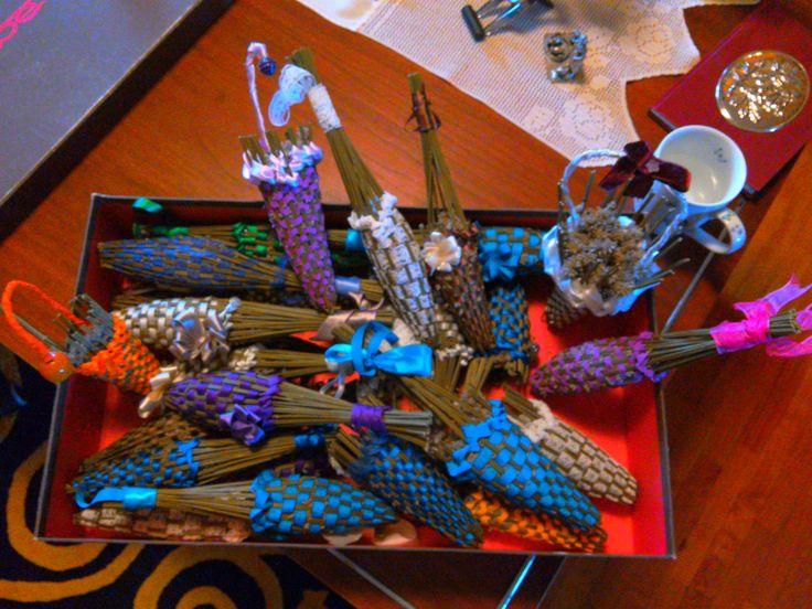 cestini, fiaschette, ombrellini, fatti con spighe di lavanda intreciata