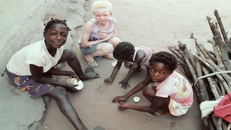 """TU NOMBRE. Es verdad. En Liberia, cada vez que conoces a un africano con el que has compartido unos segundos de tu vida, tal vez unos minutos, te pregunta por tu nombre. """"Your name"""". """"Nuno, me llamo Nuno"""". Y el saludo, clac, clac."""