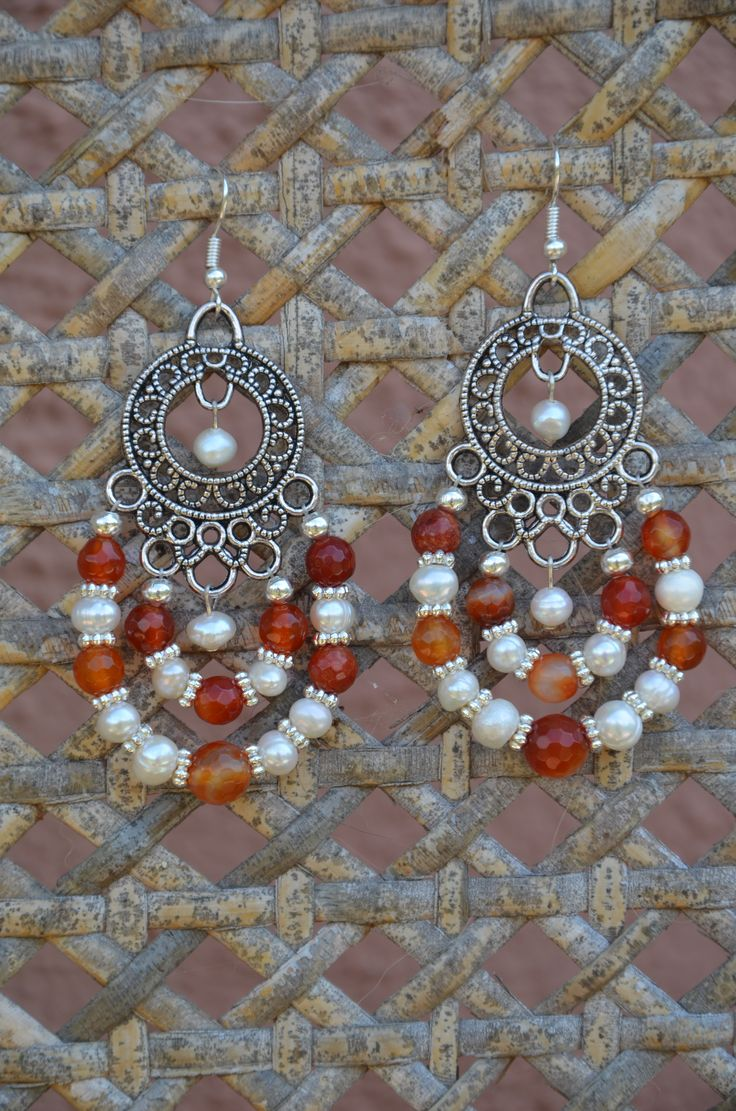 orecchini dei tempi passati. montaggio su metallo con perle di fiume e corniola.