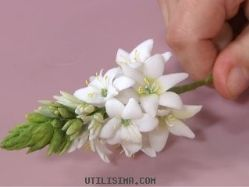Compartir en WhatsApp (adsbygoogle = window.adsbygoogle    []).push({}); Hola amigas, ahora veremos como hacer ramitos de flores en porcelana fría, es muy sencillo y divertido. Lo bueno de aprender a hacer las florcitas de porcelana es que despúes las podemos usar para decorar marcos de cuadros, alhajeros, hacer arreglos florales, centros de mesa e incluso...