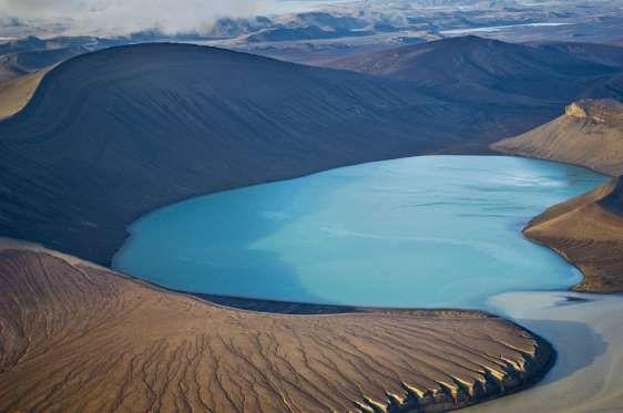 Este lago de un azul intensísimo se sitúa en el cráter de un volcán inactivo en Islandia, una tierra... - Corbis. Texto: Redacción Traveler