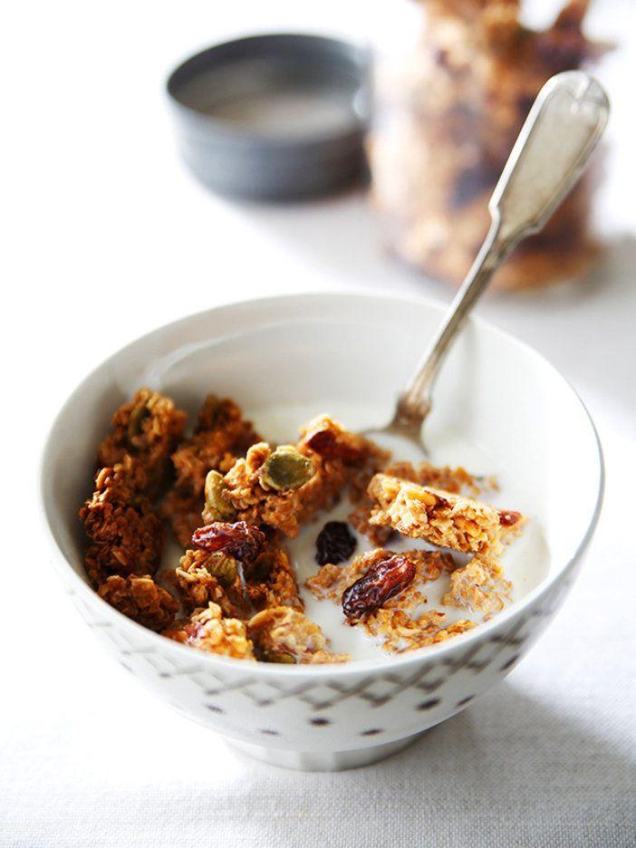 材料を混ぜたら、あとはオーブンにおまかせ。簡単に作れるシンプルなグラノーラは覚えておくと便利|『ELLE a table』はおしゃれで簡単なレシピが満載!