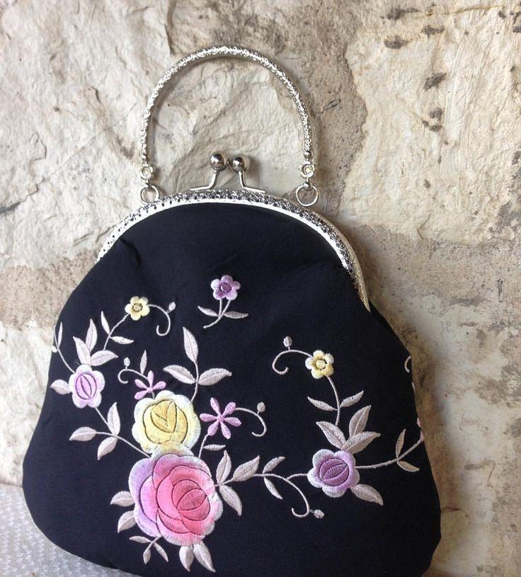 YENİ 🌺 NEW Nakışlı ipek saten kumaştan vintage stil metal saplı, metal klipsli şık ve orijinal siyah çanta 🌺 Silk sateen flower embroidered vintage style black bag....#vintagestil #ipeksaten #çanta #vintage #elyapımı #elişçiliği #taşişlemeli #tek #özeltasarım #özel #orijinal #oneofakind #unique #metalklipsliçanta #kadife #velvet #çantalarım #çantam #hediye #özelhediye #vintageçanta #vintagebag #handmadebag #designerwork #ebroos #ebrooshandmadebags #silkbag #sateenbag #blackbag