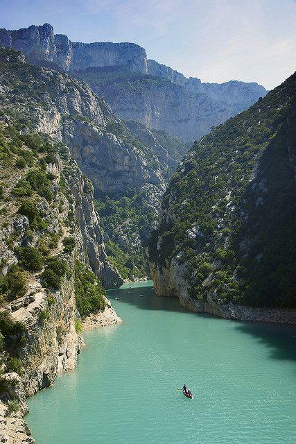 L'entrée des Gorges du Verdon juste après le lac de Sainte-Croix, France