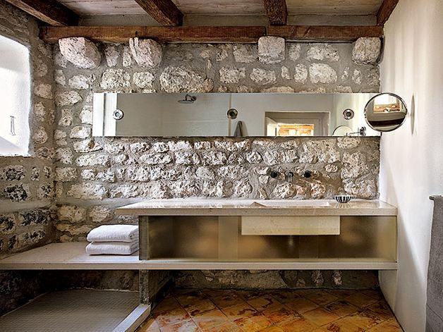 muro a pietra e design lineare completati e riscaldati da un pavimento in cotto fatto a mano// Bathroom, stones walls and cotto paving
