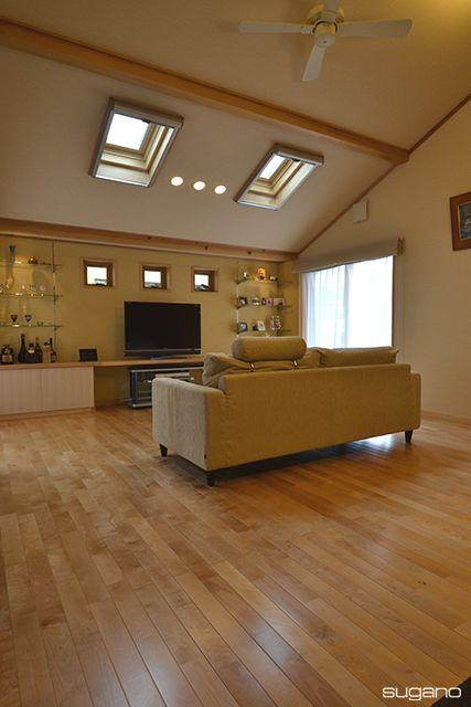 天窓から光を取り入れる。屋根の形状を活かした斜め天井。#和風住宅 #住宅 #家づくり #新築 #天窓 #勾配天井 #ldk #リビング #設計事務所 #菅野企画設計