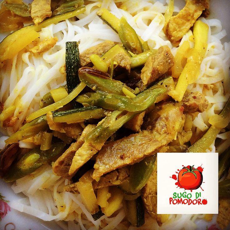 ¿Estás a dieta? ¡Qué tal fideos de arroz con verduras salteadas y trocitos de pollo o cerdo! Delicioso... #SugoDiPomodoro #Cocina #Nutrición #Recetas #FoodPorn #ClasesDeCocina #Gastronomía  #Tasty #CocinaParaPerezosos #QueHacerEnMedellin