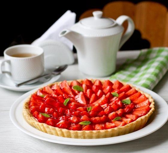 """Акция """"Ударим клубникой по майским будням"""" продолжается. Сегодня у нас - вкусный-вкусный тарт со свежей клубникой. Под ягодами - заварной крем. Лично я обычно заварной крем не люблю, но этот просто прекрасен - готова ложками его есть  Думаю, вы понимаете, что на месте клубники может быть любая другая свежая ягода по вашему вкусу.Готовить этот [...]"""