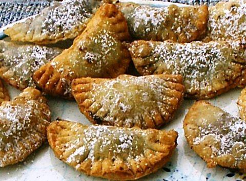 L'impasto delle raviole di San Giuseppe è quello tipico della pasta frolla, farcito con confettura di prugne. Quest'ultima è quasi un imperativo nei ...