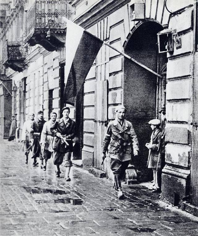 Lundi 2 Octobre 1944 - Le soulèvement de Varsovie, dirigée par l'armée intérieure polonaise, prend fin. Environ 200 000 Polonais sont morts dans les combats et le centre de Varsovie est en ruines. Monday October 2nd, 1944 : The Warsaw Uprising , led by the Polish Interior Army , is finished . About 200,000 Polish died in fighting and the center of Warsaw is in ruins .