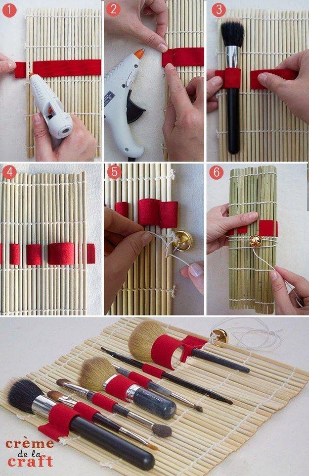 Entrelaçando uma fita em uma esteirinha de madeira você cria um porta-pincéis. | 26 ideias geniais para organizar seus itens de maquiagem