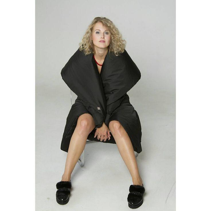 Воскресный выходной... Можно не вылазить из под одеяла... ☕☕☕ ⠀ ⠀ 💣До встречи на @openspacemarket в Казани 16 - 17 сентября💣 Фото : @romanova_ph ⠀ ⠀ На @kush_ksy пальто-одеяло зимнее, цвет - чёрный #KUSHNIROVICH. ⠀ ⠀ Цена: 11900 р. ⠀ ⠀ Верх: полиэстер Наполнитель: синтепон Подклад: атлас #пальтоодеяло #пуховикодеяло #kushnirovich_одеяло