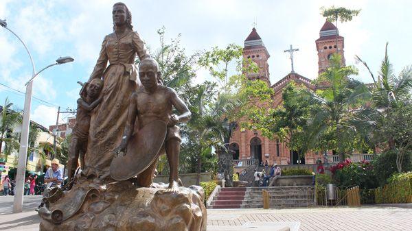 Monumento a la Marquesa de Yolombó, novela escrita por Tomás Carrasquilla.  Yolombó-Antioquia | Monumento, Marquesitas, Tierra