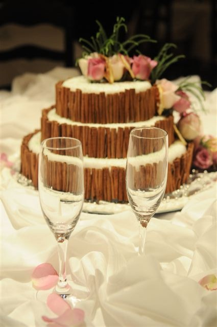 White and brown wedding cake with cinnamon sticks by Algarve Wedding Planners | My Portugal Wedding | Portugal Luxury Weddings