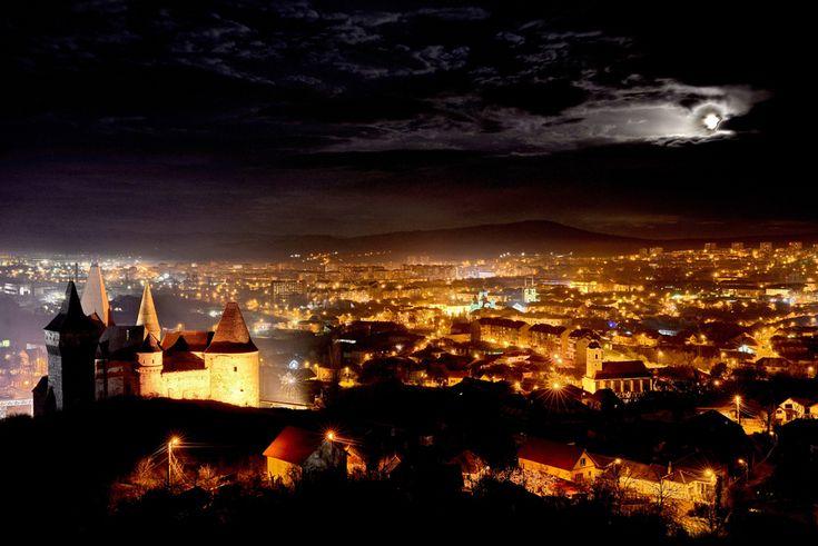 Imagine aeriană cu municipiul Hunedoara şi castelul Huniazilor, sâmbătă, 1 decembrie 2012. (  Remus Suciu / Mediafax Foto  ) - See more at: http://zoom.mediafax.ro/best-of/mediafax-foto-best-of-2012-10889475#sthash.cFOOMcpn.dpuf