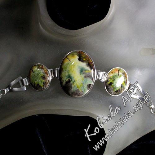 Dzisiaj bransoletki z mojej nowej kolekcji . Wszystkie ozdoby w oprawie srebrnej ( 925 ) z ręcznie malowaną porcelaną . Porcelana jest wielokrotnie wypalana w bardzo wysokich temperaturach . Powierzchnia porcelany zabezpieczona jest przed porysowaniami przez pokrycie i wypalanie dodatkową warstwą szkliwa .