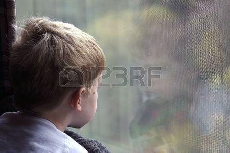 Een Jongetje Kijkt Uit Een Raam Royalty-Vrije Foto, Plaatjes, Beelden En Stock Fotografie. Image 237513.