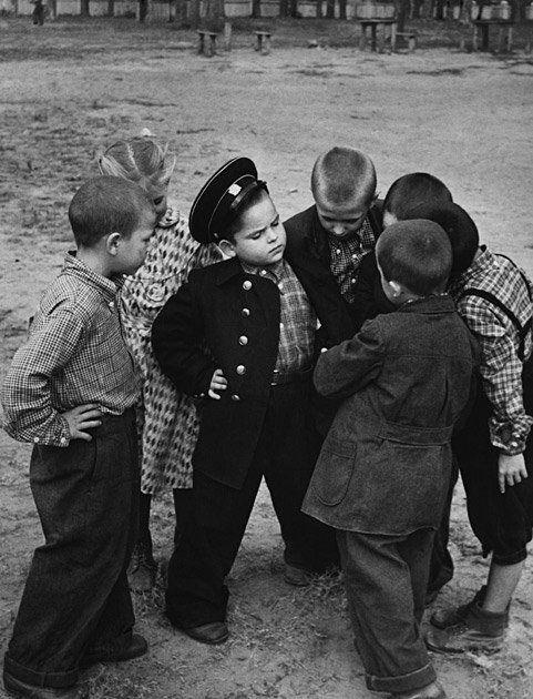 Первоклассник хвастается новой формой перед дворовыми друзьями, 1955 г.