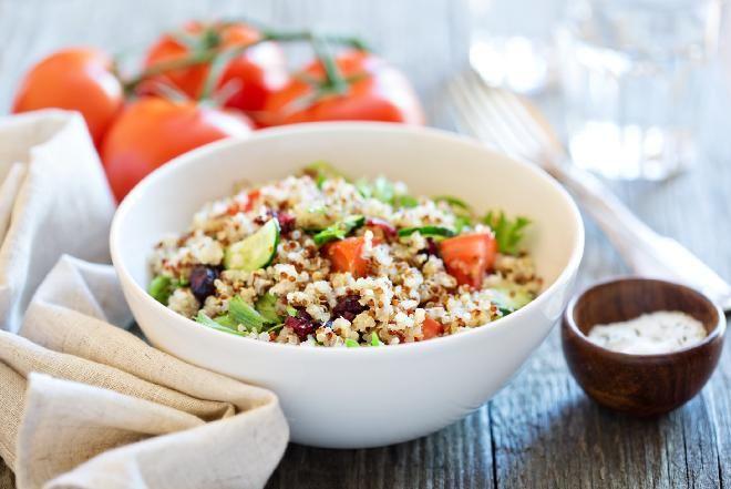Quinoa: sałatka z komosy ryżowej z suszonymi pomidorami  i zielonym groszkiem