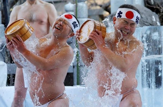 Men splash themselves with cold water during the annual cold water endurance ceremony, to purify their souls and wish for good fortune in the new year, at the Kanda Myojin shrine in Tokyo on Saturday. 📷: REUTERS/Kim Kyung-Hoon . . . . .  #japan #japón #japon #nippon #instadaily #instatravel #travel #photography #love #picoftheday #landscape #photographer #instagood  #japancommunity #visitjapan #amazing #traveling #travelphotography #travelgram #amazingview #madeinjapan #traditional…