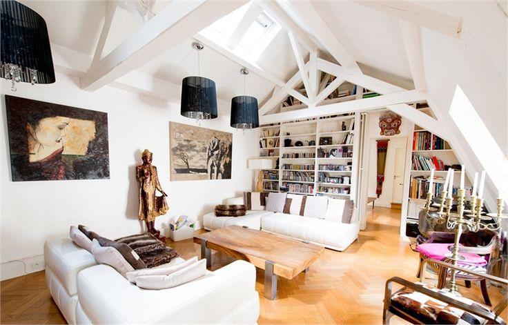 Au sein d'un magnifique hôtel particulier du XIe siècle, superbe appartement à vendre chez Capifrance à Paris.    105 m² habitables, 4 pièces dont 2 chambres (chacune disposant de sa propre salle de bain).    Plus d'infos > Franck Bernard, conseiller immobilier Capifrance.